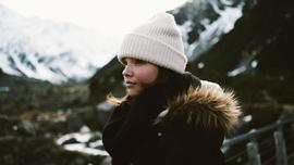 美人なお姉さんが教えてくれる! かわいいマフラーの巻き方とニット帽に合うヘアアレンジ(動画あり)