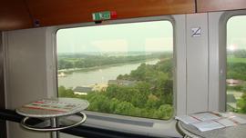 家にいながら世界の列車に乗る。車窓の映像で旅行気分を味わう